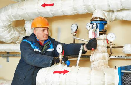 Mann repariert Rohr